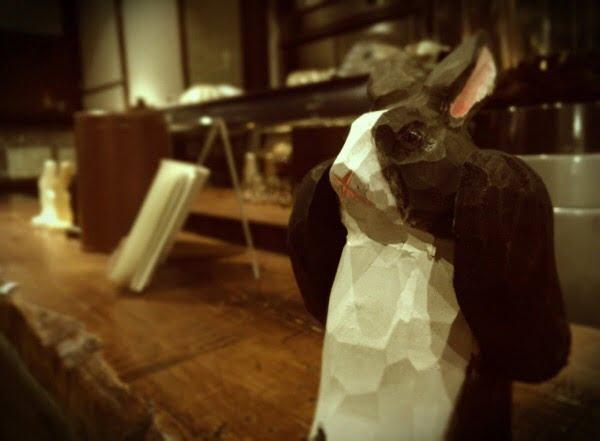 カウンターに座っているウサギが思ってもみない役回りを… (本題とは関係ありません)