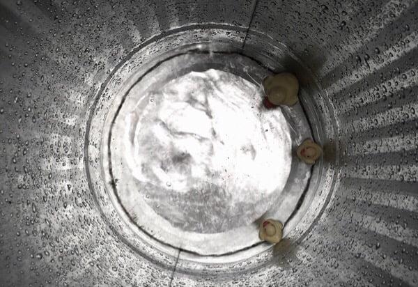 雨漏りバケツにはアヒルちゃんが標準装備
