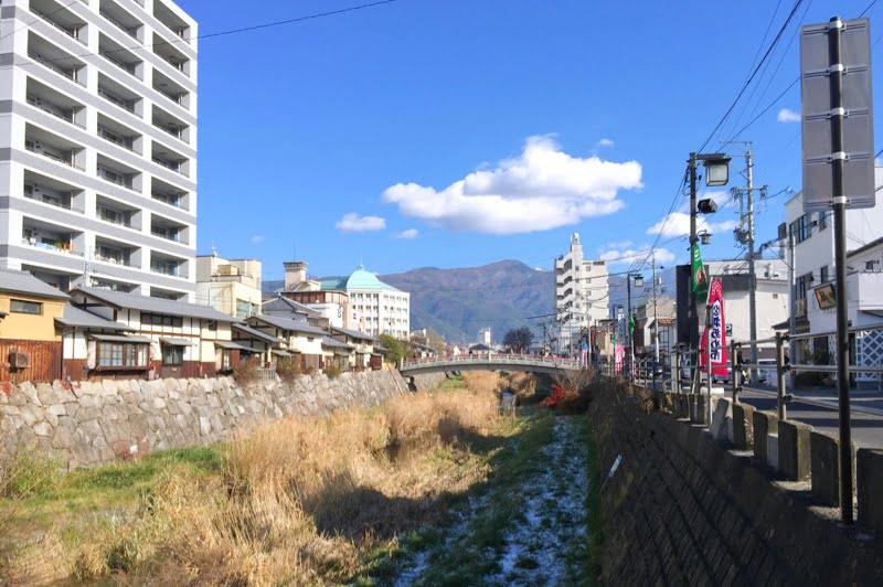 縄手通り沿いの女鳥羽川にて (松本市)