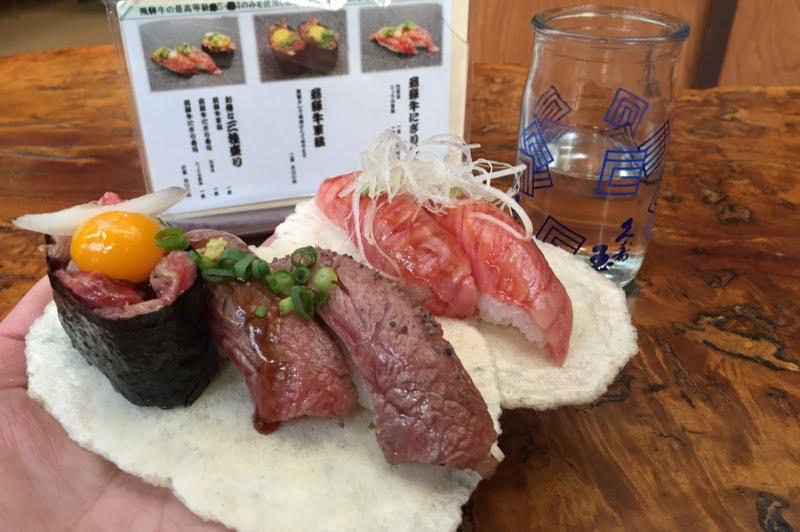 飛騨牛のお寿司食べ歩き ゴミが出ないようにお皿がおせんべいになっている